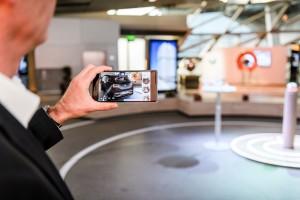 P90245335_highRes_bmw-i-augmented-real-300x200 Premieră mondială - aplicaţie BMW i de vizualizare a produsului prin augmented reality