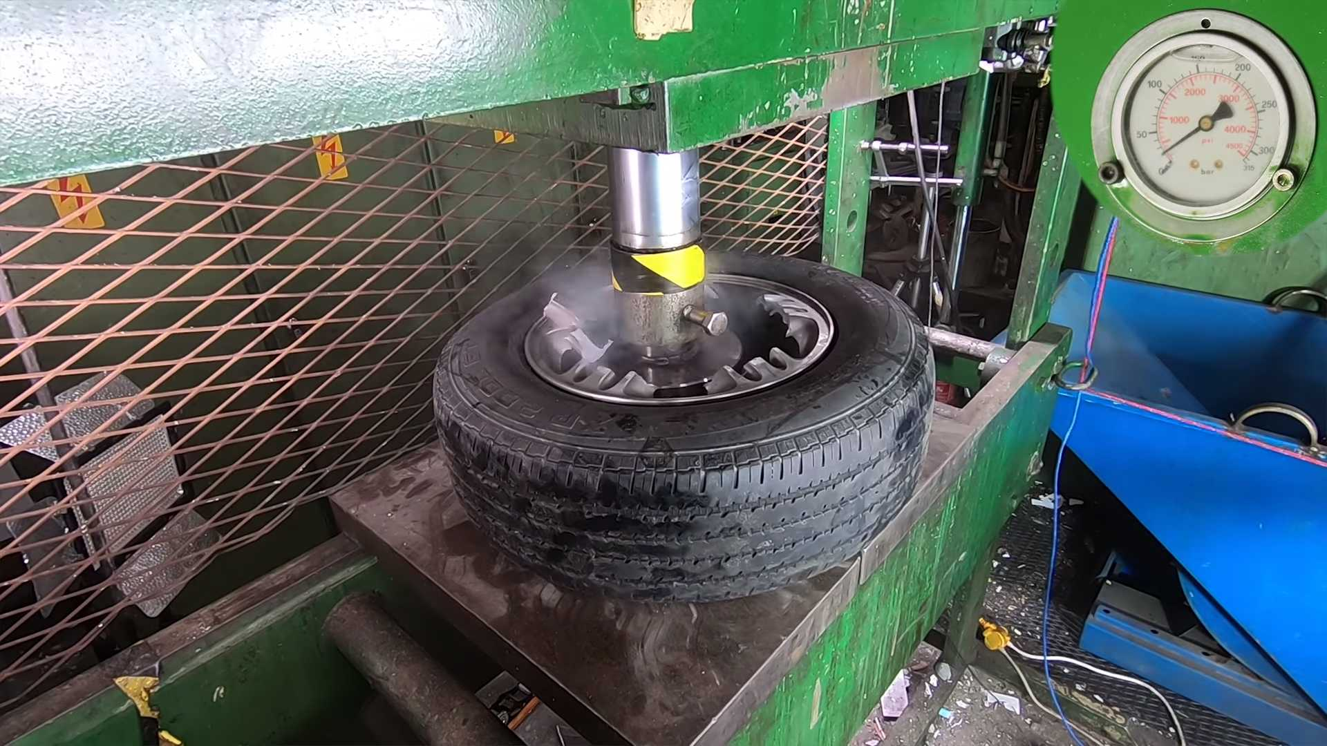 wheel-crushed-in-hydraulic-press-1 Ce fel de roata este mai rezistenta? Janta de otel vs janta de aliaj