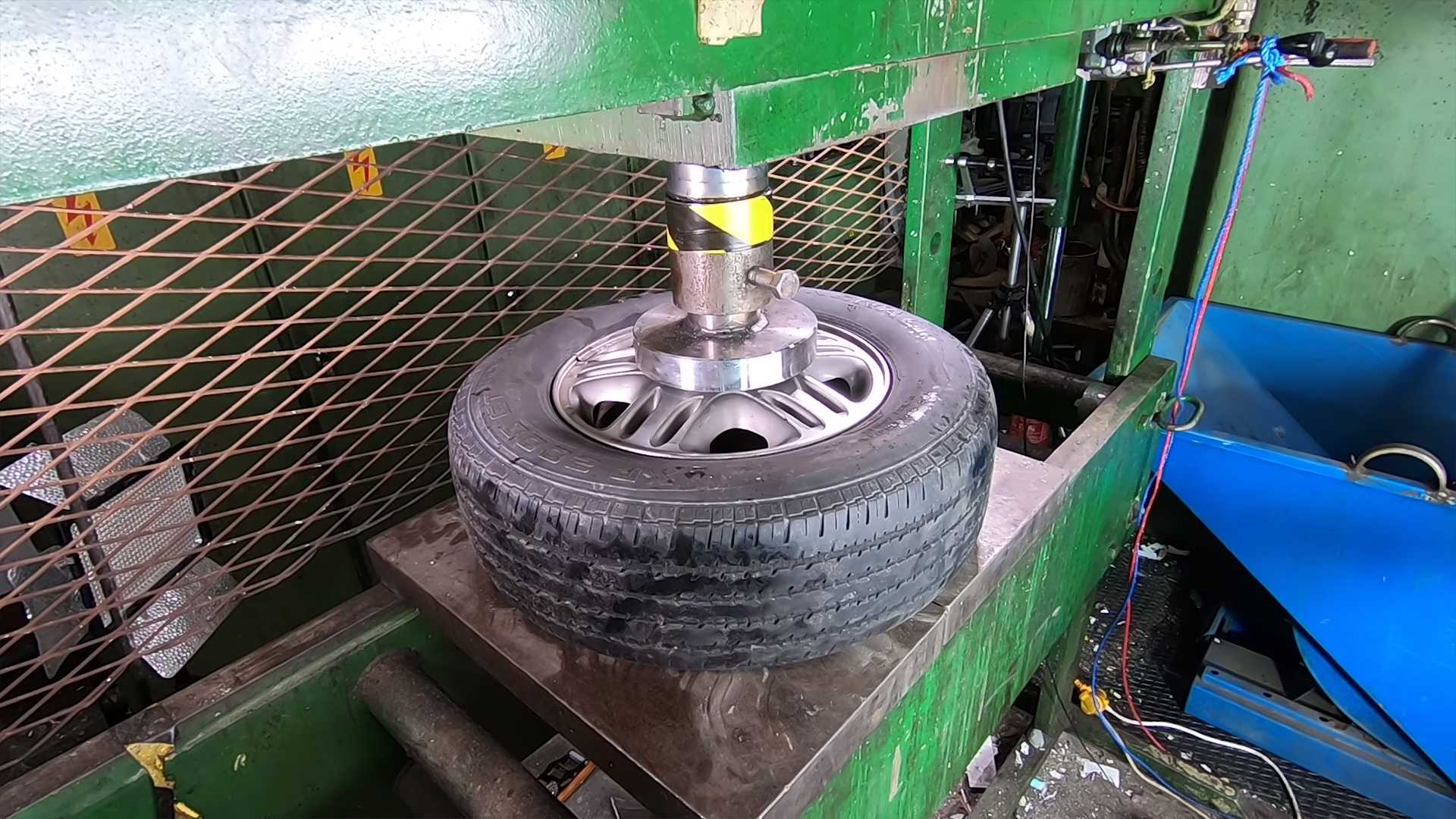wheel-crushed-in-hydraulic-press-2 Ce fel de roata este mai rezistenta? Janta de otel vs janta de aliaj