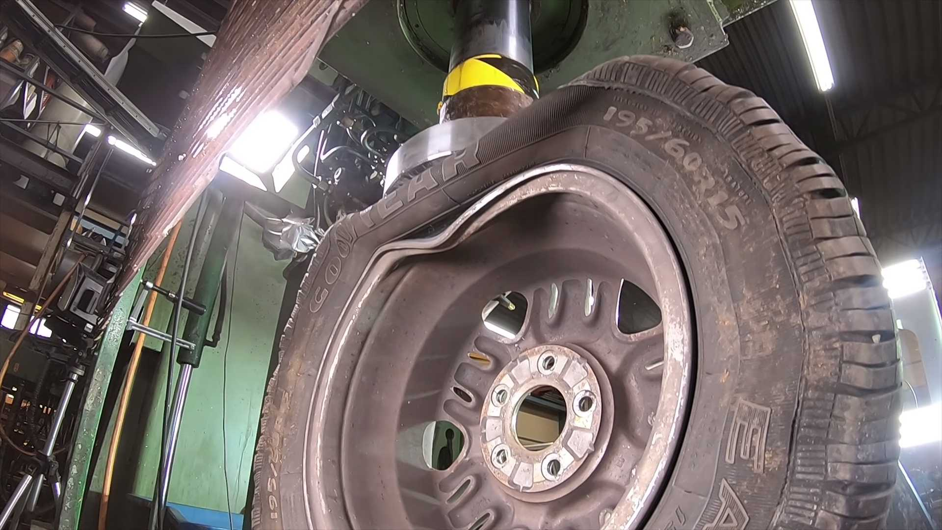 wheel-crushed-in-hydraulic-press-4 Ce fel de roata este mai rezistenta? Janta de otel vs janta de aliaj