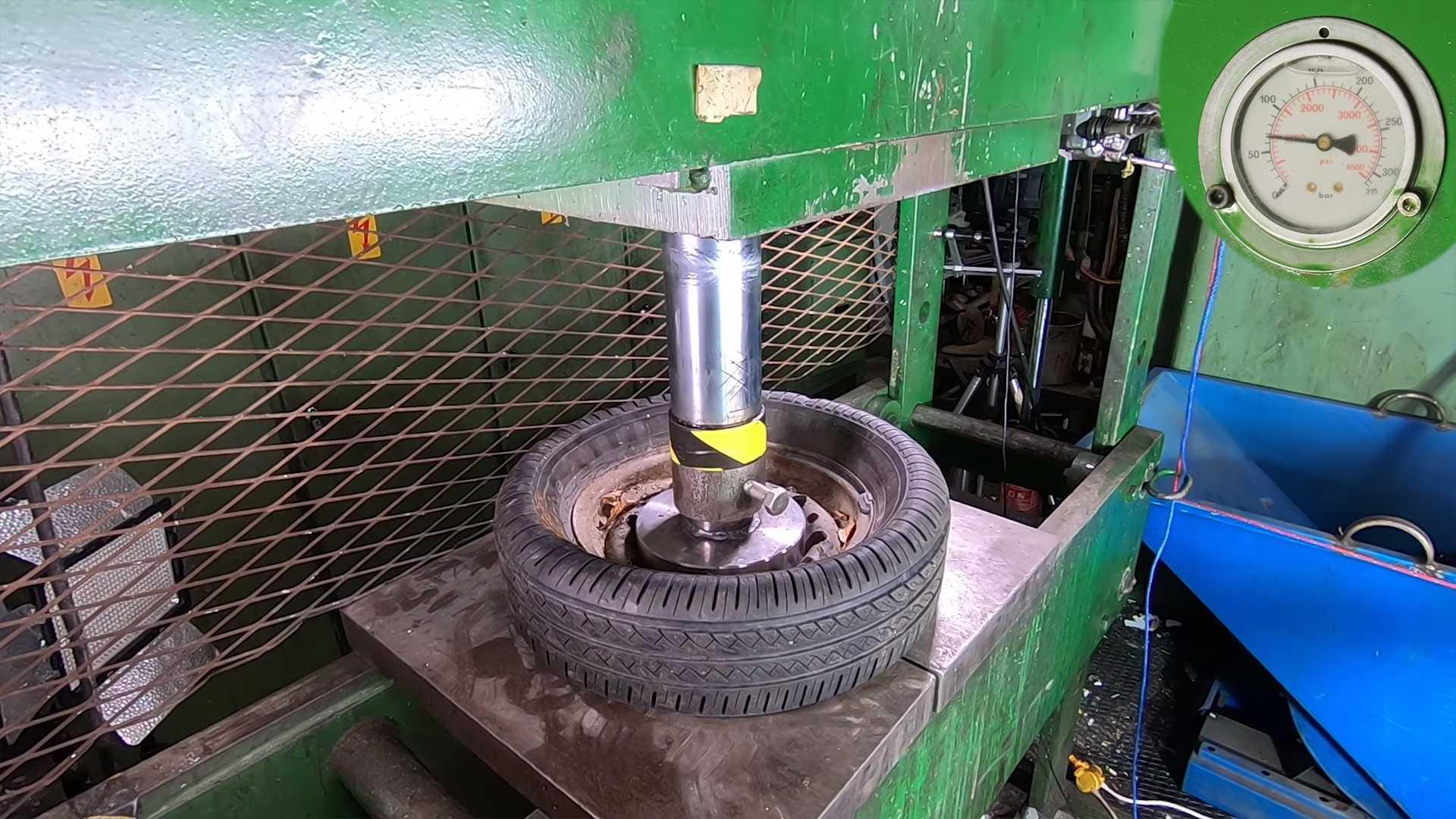 wheel-crushed-in-hydraulic-press Ce fel de roata este mai rezistenta? Janta de otel vs janta de aliaj