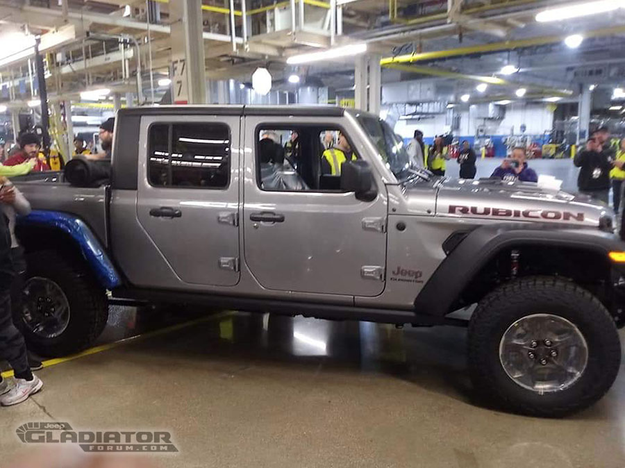 First-Production-Jeep-Gladiator-Pickup Noul Jeep Gladiator a intrat in productie