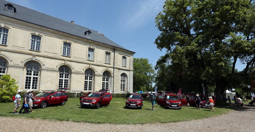 21229481_2019_Big_DACIA_picnic_at_Chaalis_Abbey-Copy Dacia Duster primeste o editie de colectie!
