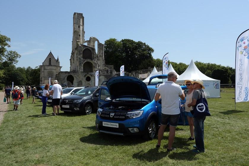 21229482_2019_Big_DACIA_picnic_at_Chaalis_Abbey-Copy Dacia Duster primeste o editie de colectie!