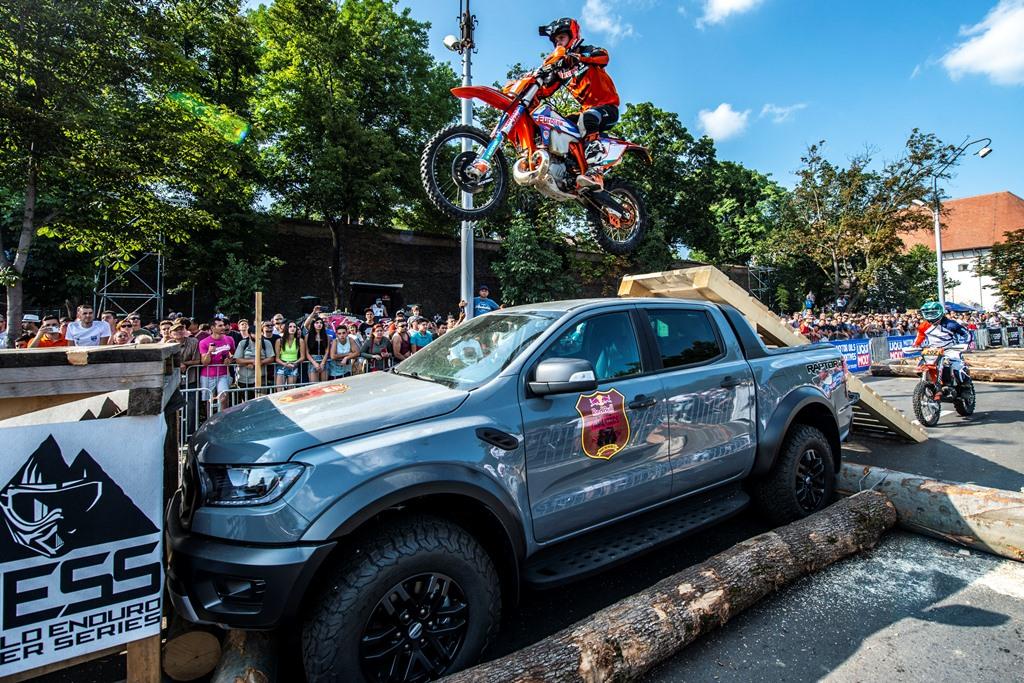 Atmoasfera-Prolog-Sweet-16-_-Ford-Ranger-Raptor Show marca Blazusiak la Prologul Red Bull Romaniacs