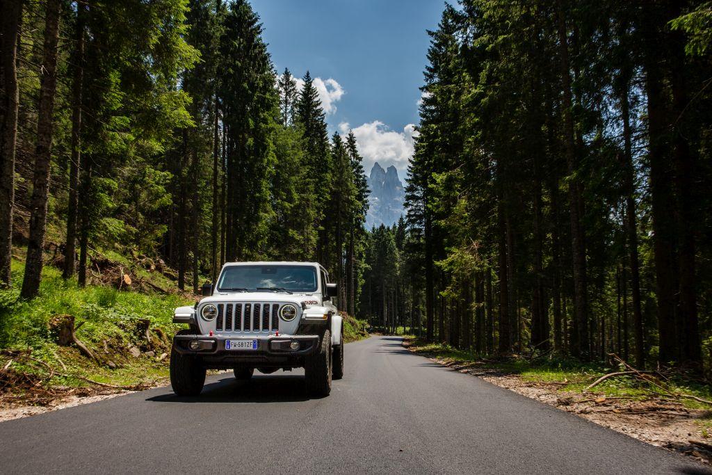 New-Jeep-Gladiator-20 Gladiator surprins in varful Dolomitilor!