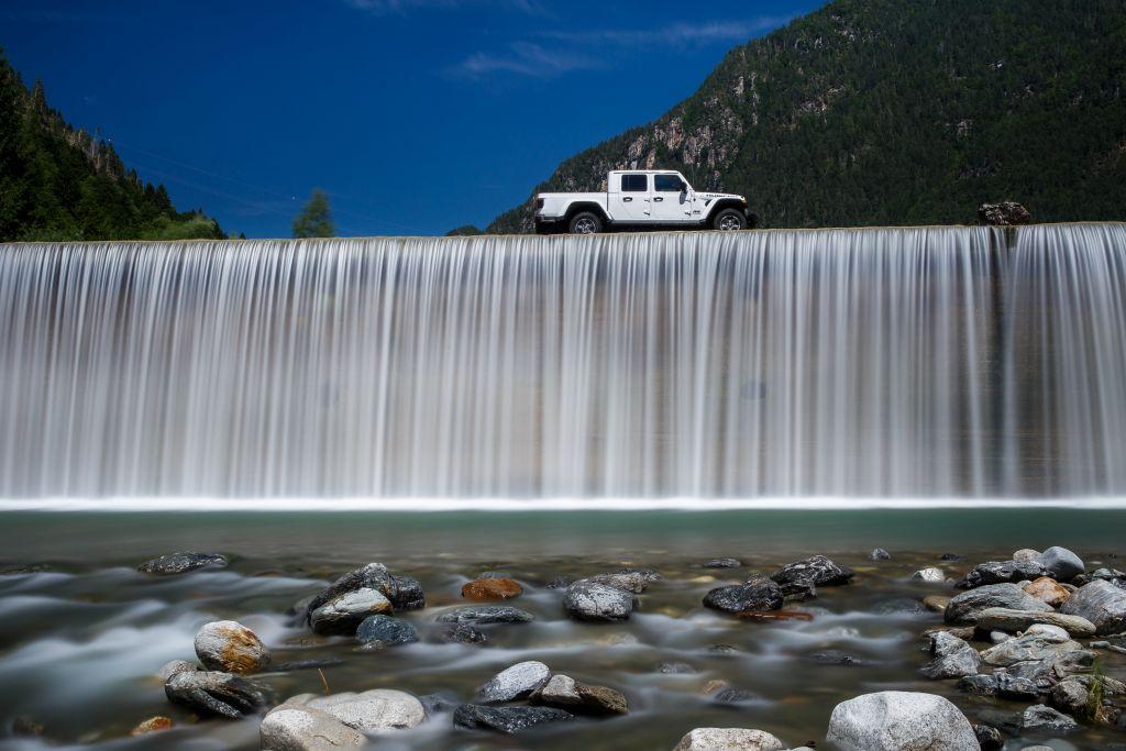 New-Jeep-Gladiator-21 Gladiator surprins in varful Dolomitilor!