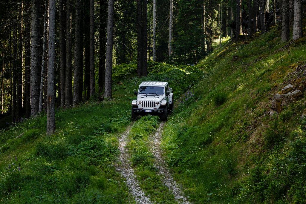 New-Jeep-Gladiator-23 Gladiator surprins in varful Dolomitilor!