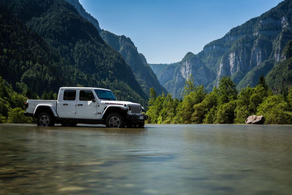 New-Jeep-Gladiator-37 Gladiator surprins in varful Dolomitilor!