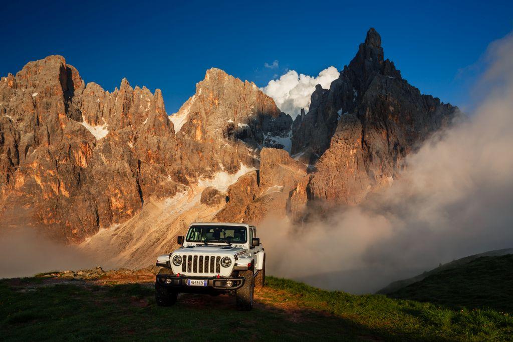 New-Jeep-Gladiator-6 Gladiator surprins in varful Dolomitilor!