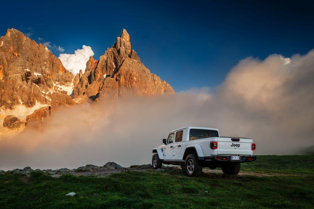New-Jeep-Gladiator-8 Gladiator surprins in varful Dolomitilor!