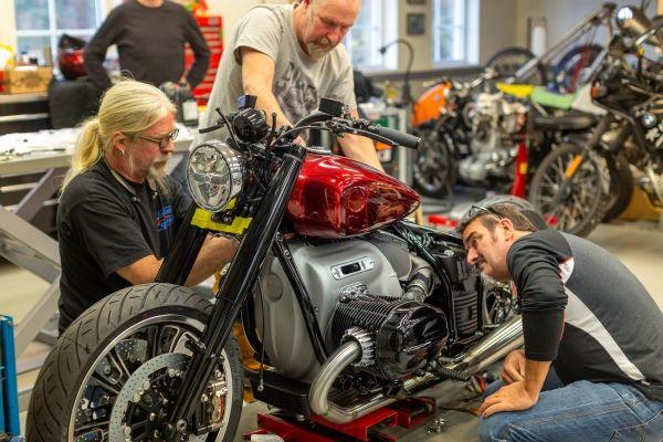 BMW-Motorrad-R-18-1 BMW Motorrad R 18 si R 18 /2, un motor, doua caractere