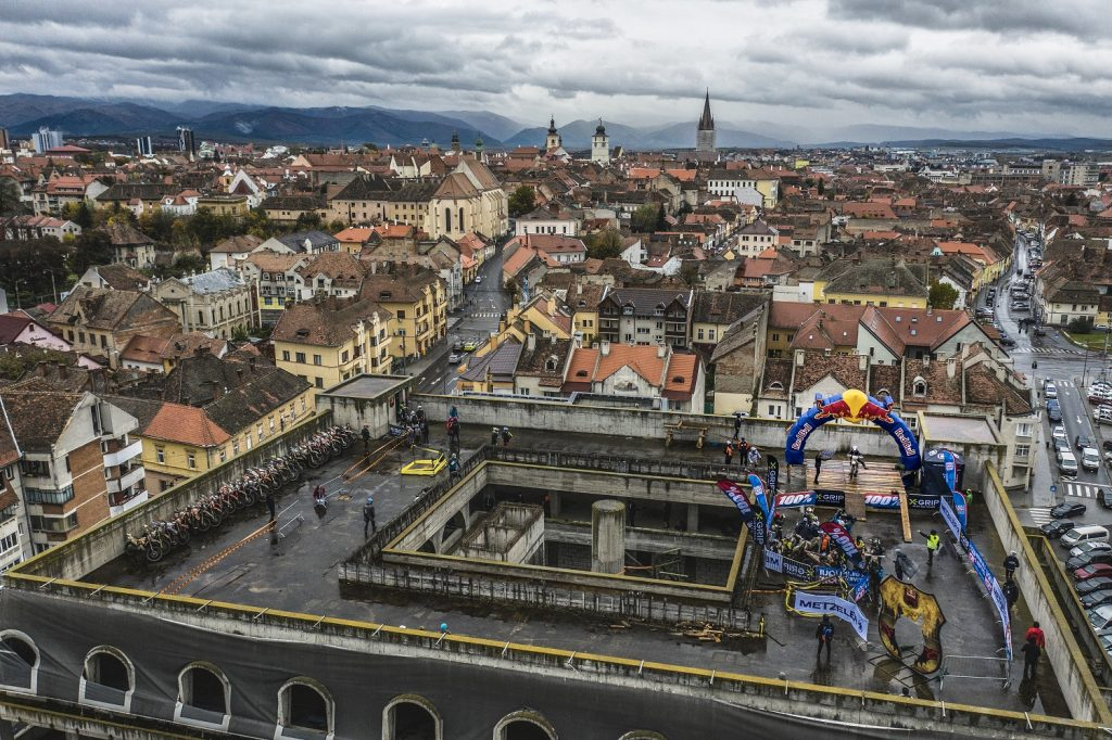 Sosirea-de-pe-acoperis_Mihai-Stetcu_Red-Bull-Romaniacs_2020-1024x682 Red Bull Romaniacs 2020 - competiția care a scris istorie